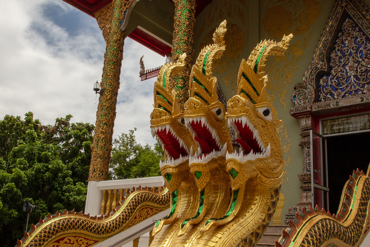 神圣的nagas守卫Wat Phrathat Doi Saket Temple的入口