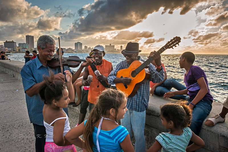 Malecon music makers, evening