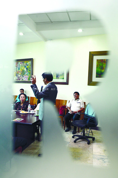 Mayor Mike Rama sings during meeting with envoys