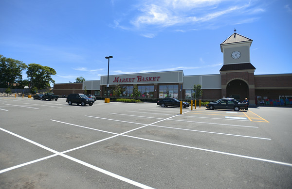 RYAN HUTTON/ Staff photo.<br /> The parking lot of the Gloucester Market Basket sits almost empty on Wednesday afternoon.
