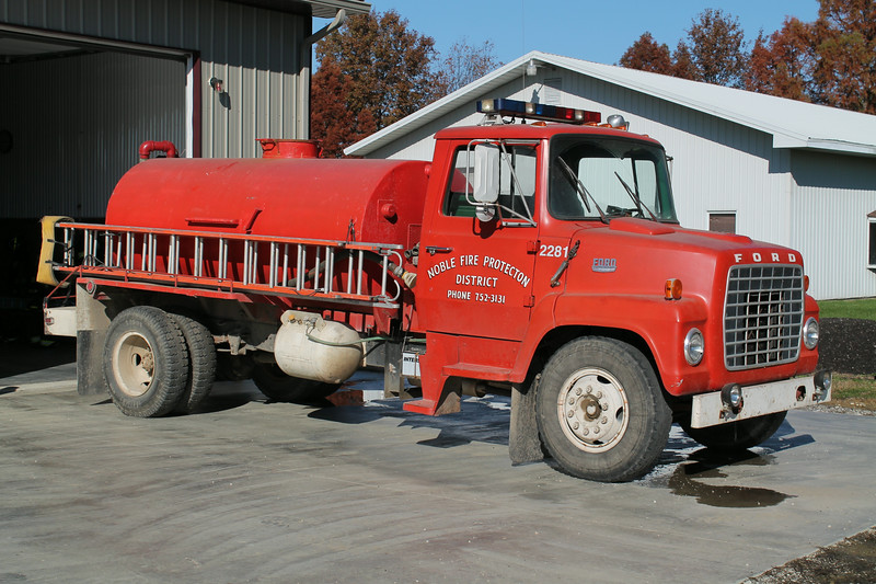 NOBLE - WAKEFIELD TANKER 2281   1978 FORD L-700 - 1985 FD  150 - 1300   FRANK WEGLOSKI PHOTO