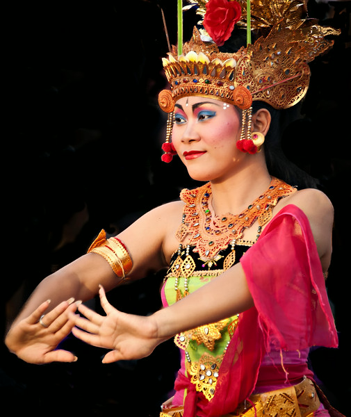 2012-01-18_Bali_Kechak_Woman_Dancer-3205