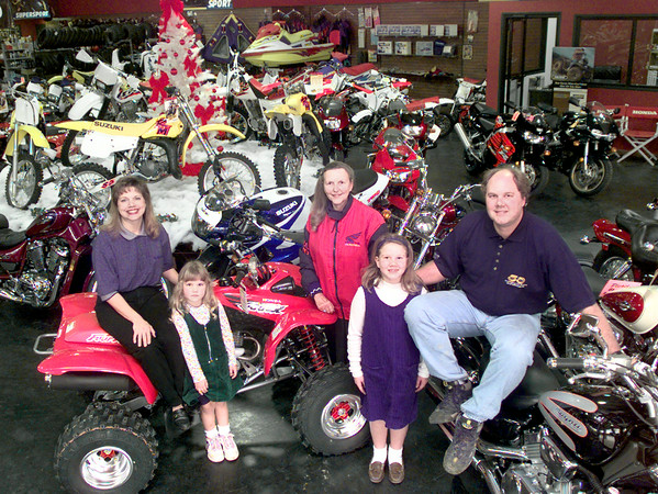 Date:   11/25/98----Left to Right---Jaye, Jennifer,4, Sarah, Christine,7, and Randall Latch, at Fun Motors in Longview. kevin green