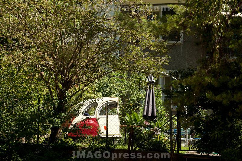 Ein ausrangierter Hinterteil eines 2CV (Deux Chevaux) Citroen Kleinwagen in einem Garten in Olten.