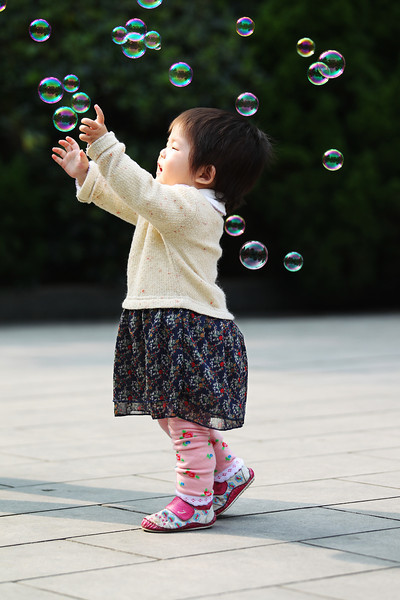 Girl Chasing Bubbles 女孩和泡泡