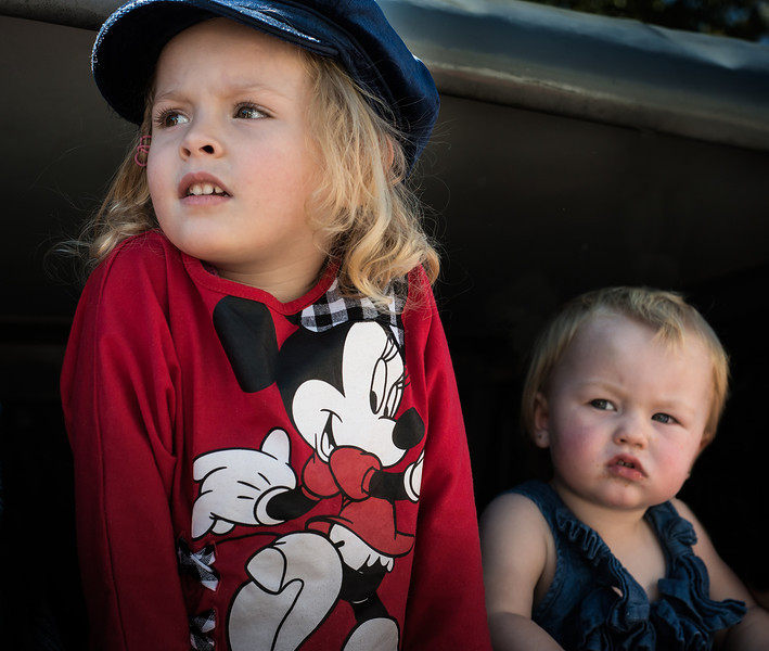 two children watching the parade at murwillumbah.