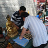 报国寺 vendors playing … some game I cannot recognize