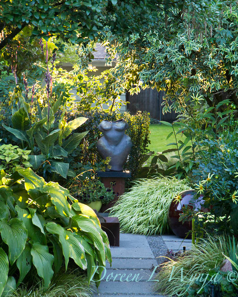 Atist nude figure in the garden_2106