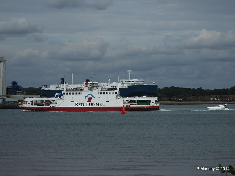 RED OSPREY Passing ASIAN BREEZE Southampton PDM 24-08-2014 16-26-036