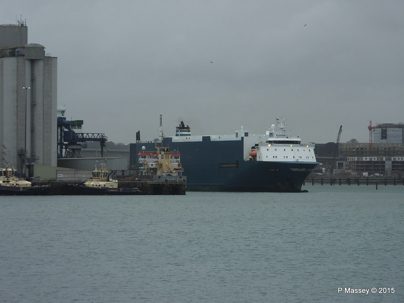 AUTO BAY reversing in to Berth 31 Passing VICTORIA C Southampton PDM 28-02-2015 15-09-024