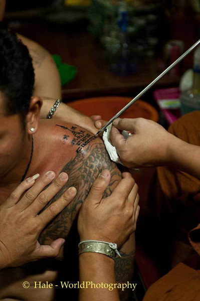 Luang Pi Nunn Completing a Sak YantTattoo For A Devotee