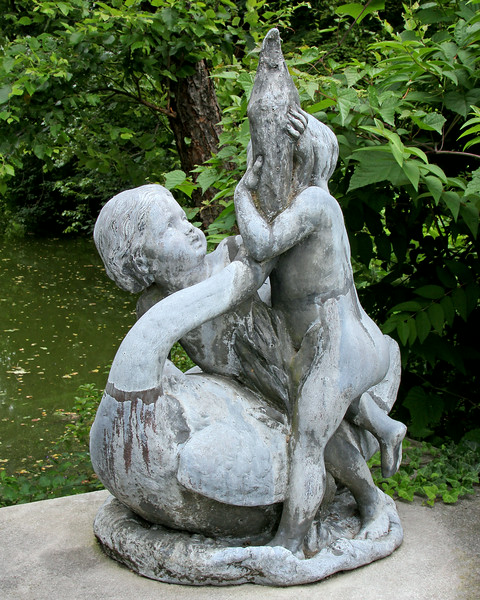 Statue of two lovers at Old Westbury Gardens