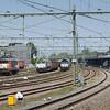 Full house at Sittard. Captrain 6605 on the coal train 48871 (Born - Vise/B - Bettembourg-Marchandises/L) and MRCE 653-05 on the limestone empties 49667 (Veendam - Hermalle s-Huy/B) in Sittard. Husa 1621 has brought the limestone train (including the diesel second out) south to here. For the remainder of the journey into Belgium the 66 will be in charge.