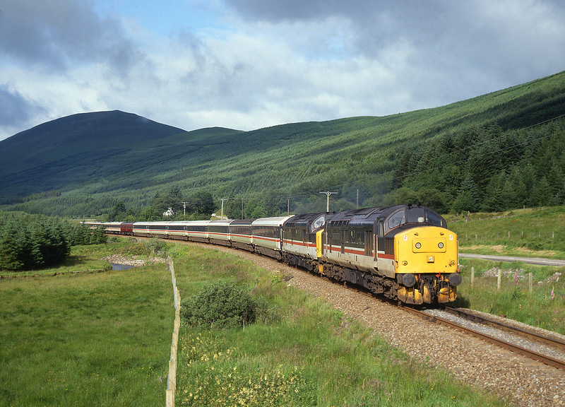 37221+37152 pass through Glen Lochy with the 'Monarch of the Glen' from Oban.<br /> 12/7/1993