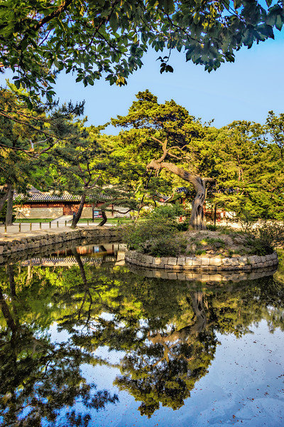 2015-05-20_Seoul_Jongmyo_Pond_Reflection_HDR-7600-