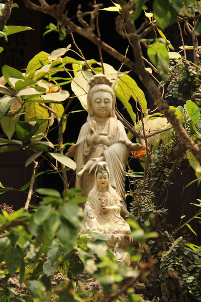 the female Buddha (Kannon) at Quan Su pagoda