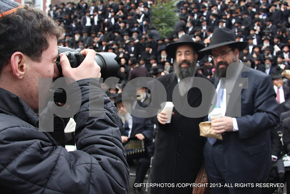 CHABAD SHILUCHIM PICTURE AT 770