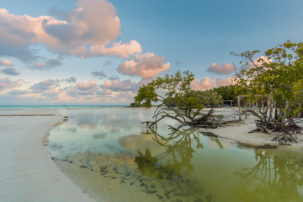 Photo of the Cuban beach with optical vignetting adjusted