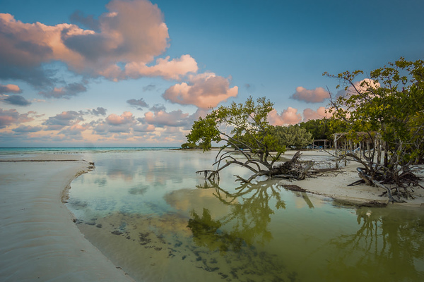 Photo of the beach in Cuba with prominent optical vignetting