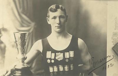 Magnús Tómasson Kjaran í sundbol með verðlaun 1912.