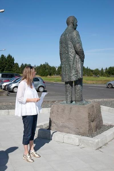 Styttan af Gísla Halldórssyni var flutt að Íþróttamiðstöðinni í Laugardal í ágúst 2010.  Athöfn var haldin af því tilefni 9. ágúst 2010.