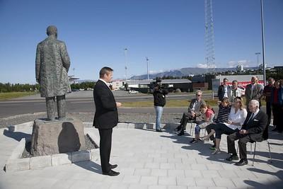 Styttan af Gísla Halldórssyni var flutt að Íþróttamiðstöðinni í Laugardal í ágúst 2010.  Athöfn var haldin af því tilefni 9. ágúst 2010. Ólafur E. Rafnsson forseti ÍSÍ ávarpar hér gestina.