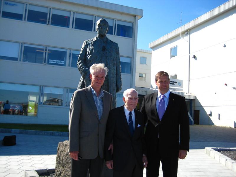 Styttan af Gísla Halldórssyni var flutt að Íþróttamiðstöðinni í Laugardal í ágúst 2010.  Athöfn var haldin af því tilefni 9. ágúst 2010.  Ellert B. Schram Heiðursforseti ÍSÍ, Gísli Halldórsson Heiðursforseti ÍSÍ og Ólafur E. Rafnsson forseti ÍSÍ.