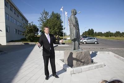 Styttan af Gísla Halldórssyni var flutt að Íþróttamiðstöðinni í Laugardal í ágúst 2010.  Athöfn var haldin af því tilefni 9. ágúst 2010. Ólafur E. Rafnsson ávarpar gestina.