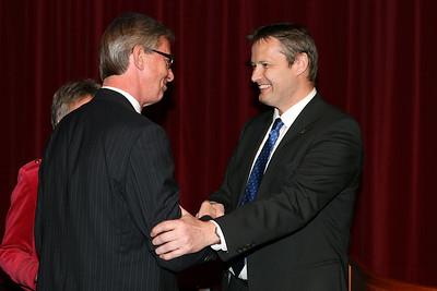 Ólafur E. Rafnsson forseti ÍSÍ óskar Benedikt Geirssyni, fyrrum stjórnarmanni ÍSÍ til hamingju með heiðursviðurkenningu ÍSÍ.  Benedikt var sæmdur Heiðurskrossi ÍSÍ í 100 ára afmælishófi Knattspyrnufélagsins Fram, 1. maí 2008.