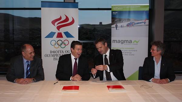 Ross Beaty frá Magma Energy Corp (2. frá vinstri) og Ólafur E. Rafnsson forseti ÍSÍ, skrifa undir samstarfssamning vegna Vetrarólympíuleikanna í Vancouver 2010.