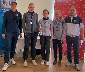 Frá vinstri: Einar Ásbjörnsson frá GSÍ, Nína Margrét, Eva María, Katrín Sól og Helgi Dan Steinsson frá mótstjórn GG.