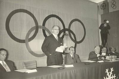 Formaður IOC, Averey Brundage, í ræðustól.