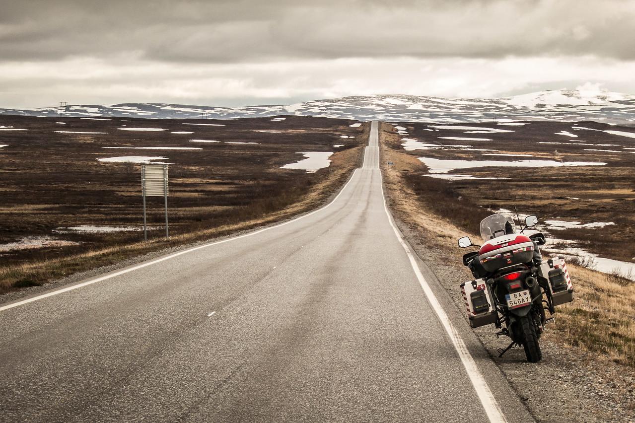 Motorkou na sever - 16 100 km z Bratislavy až do Nórska. Znie to ako poriadne bláznivý nápad. Vydať sa sám ako prst na mesiac dlhú cestu na sever. Cez Švédsko a Fínsko až na samý koniec studeného Nórska. A to nie autom, ale na motorke!