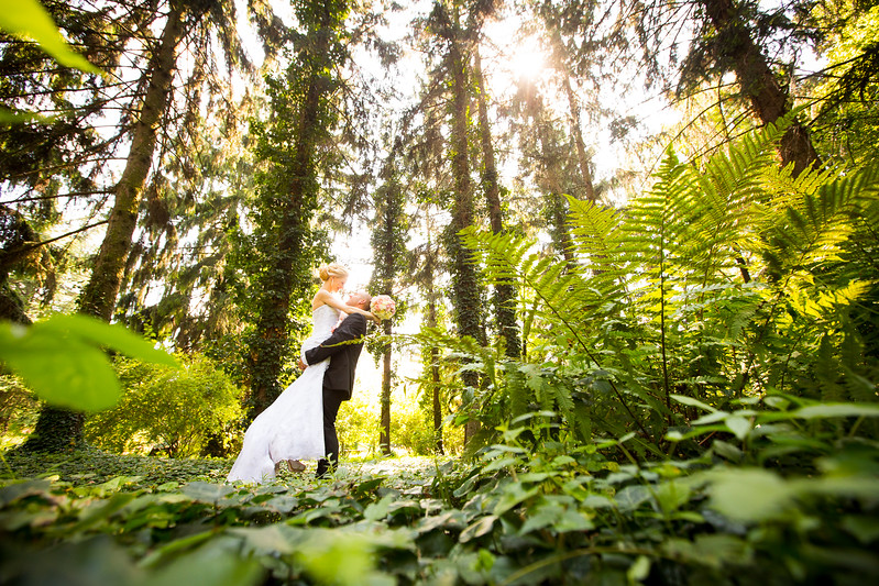 Ako vznikajú svadobné fotografie? Dá sa urobiť z botanickej záhrady záber ako z divočiny? Prečítajte si, čo sa skrýva za vybranými fotkami a ako fotenie prebieha.