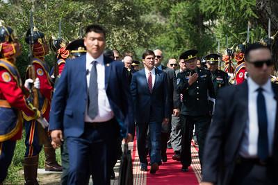 2019 оны наймдугаар сарын 08. АНУ-ын батлан хамгаалах яамны сайд Марк Эспер өчигдөр орой Монгол Улсад айлчлан иржээ.  Пентагоны тэргүүнээр сонгогдоод удаагүй байгаа тэрээр анхны гадаад айлчлалаа Ази, Номхон Далайн бүсийн таван орноор хийж байгаа юм.  Ноён Эспер эхлээд Австралид айлчилсан бол дараа нь Шинэ Зеланд, Япон улсуудад дараалан зочилжээ. Маргааш тэр Өмнөд Солонгост айлчилснаар энэ удаагийн аяллаа өндөрлөх юм. ГЭРЭЛ ЗУРГИЙГ Б.БЯМБА-ОЧИР/MPA