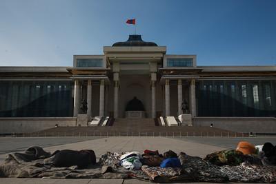 2021 оны тавдугаар сарын 7. Ерөнхийлөгч Х.Баттулга Төв талбайд өлсгөлөн зарлаад буй АН-ын гишүүдтэй очиж, уулзан байр суурийг нь сонслоо.  ГЭРЭЛ ЗУРГИЙГ Д.ЗАНДАНБАТ/MPA