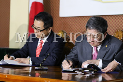 """2017 оны арванхоёрдугаар сарын 06. Япон улсаас Монгол Улсад үзүүлэх """"Төсөв, нийгэм, эдийн засгийн шинэчлэлийн хөгжлийн бодлогын зээл""""-ийн хоёр улсын Засгийн газар хоорондын Солилцох ноот бичигт гарын үсэг зурах арга хэмжээ өнөөдөр Гадаад хэргийн яаманд боллоо. Уг үйл ажиллагаанд Япон улсаас Монгол Улсад суугаа Онц бөгөөд Бүрэн эрхт Элчин сайд М.Такаока болон Монгол Улсын Гадаад харилцааны сайд Д.Цогтбаатар нар оролцож, гарын үсэг зурсан юм.  ГЭРЭЛ ЗУРГИЙГ Г.ӨНӨБОЛД/MPA"""