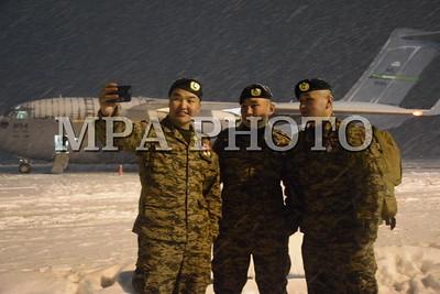 """2017 оны арваннэгдүгээр сарын 07. Афганистан улсад явагдаж байгаа """"Шийдвэртэй дэмжлэг"""" ажиллагаанд АНУ-ын Зэвсэгт хүчинтэй хамтран үүрэг гүйцэтгэсэн Монгол Улсын Зэвсэгт хүчний тавдугаар ээлжийн цэргийн баг эх орондоо ирлээ. Эх орон, Зэвсэгт хүчний удирдлагын өгсөн үүргийг нэр төртэй биелүүлээд эх орондоо газардах дайчдыг ЗХЖШ-ын орлогч дарга, хошууч генерал Ж.Бадамбазар, АНУ-аас манай улсад суугаа Онц бөгөөд Бүрэн эрхт Элчин сайд, хатагтай Женнифер Галт тэргүүтэй албаныхан угтан авсан. Хатагтай Женнифер Галтын хувьд манай улсад Элчин сайдаар ажиллах бүрэн эрхийн хугацаа өндөрлөж, удахгүй эх орноо зорих бөгөөд Монголын энхийг сахиулагчдад талархал илэрхийлэхээр өвлийг хүйтнийг үл ажран инээмсэглэн зогсож байлаа. Цэргийн багийн захирагч, дэд хурандаа В.Чинзориг ЗХЖШ-ын орлогч дарга, хошууч генерал Ж.Бадамбазарт цэргийн баг үүргээ амжилттай гүйцэтгээд эх орондоо бүрэн бүрэлдэхүүнээрээ ирсэн тухай илтгэсний дараа энхийг сахиулагчид төрийн дууллаа эгшиглүүлсэн. Хошууч генерал Ж.Бадамбазар """"Юуны өмнө та бүхэндээ халуун баяр хүргэе. Хүлээсэн үүргээ нэр төртэй гүйцэтгээд эх орондоо ирсэнд баярлалаа. Ажиллагааны үеэр олсон мэдлэг, дадлага туршлагаа ажиллаж байгаа анги, байгууллагадаа бүрэн зориулаарай"""" гэсэн бол хатагтай Женнифер Галт """"Монгол Улс бол АНУ-ын батлан хамгаалах, Зэвсэгт хүчний том түнш. Манай хоёр улс олон салбарт хамтран ажиллаж байгаагийн дотроос Зэвсэгт хүчний хамтын ажиллагаа чухал байр суурийг эзэлдэг. Өнөөдөр өөрийн биеэр та бүхнийг угтан авч """"Баярлалаа"""" гэдгийг илэрхийлэхийг хүссэн юм. Монгол цэргүүд бол мэргэжлийн ур чадвар сайн, олон улсад нэр хүнд өндөр, хүний эрхийг ямагт дээдэлдэг цэрэг дайчид юм. Та бүхний ур чадварт бид үргэлж итгэдэг. Үүрэг гүйцэтгэл бүр нь өндөр байдаг учраас энхийг дэмжих ажиллагаанд оролцуулахаас гадна сургагч багш бэлтгэхэд хамтран ажиллаж байгаадаа баяртай байна. Та бүхэн эх орондоо, гэр бүлдээ тавтай морил"""" хэмээн талархал илэрхийлсэн юм. Энхийг сахиулагчдыг угтан авах ёслолын дараа тэдний сэтгэгдлийг хуваалцлаа. Цэргийн ба"""