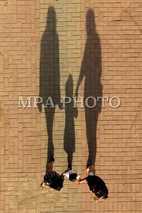 """2017 оны арванхоёрдугаар сарын 13.  Монголын Гэрэл зурагчдын нэгдсэн холбоо /МГЗНХ/-ноос оны шилдэг гэрэл зураг шалгаруулах """"МОНГОЛЫН ГЭРЭЛ ЗУРАГ-2017"""" уралдааныг албан ёсоор гишүүд, дэмжигч гэрэл зураг сонирхогч нарын дунд зохион байгууллаа.  Уралдаанд """"Монголын гэрэл зураг -2017"""" оны шилдэг бүтээлийн уралдаанд нийслэлээс гадна Ховд, Баян-Өлгий, Архангай, Өвөрхангай, Хэнтий, Сэлэнгэ, Дархан, Эрдэнэт, Өмнөговь, Дорнод аймгаас  нийтдээ 80 гаруй  гэрэл зурагчдын 450 орчим бүтээлээ ирүүлжээ. Үүнээс шилдэг 100 бүтээлээр үзэсгэлэнгээ дэлгэн үзүүлж байна.  Үзэсгэлэнд ирсэн бүтээлийг мэргэжлийн гэрэл зурагчид шүүхээс гадна зочин шүүчдийг урьж оны шилдгийг тодруулсан нь онцлог байлаа. Шүүчдээр Соёлын гавьяат зүтгэлтэн, UBS ТB-ийн Ерөнхий зураглаач Ихбаяр, УИХ-ын ХМА дарга, сэтгүүлч С.Батбаатар, МЗЭ-ийн шагналт зураач  Төгс-Оюун болон гэрэл зурагчин Д.Октябрь, Л.Элбэгзаяа нар шүүн тунгаав.   Гэрэл зургийн бүтээл: 2017 оны шилдгийн шилдэг гэрэл зураг буюу Гран-При шагналыг нэг бүтээлд олгоно. Уг шагналыг МГЗНХ-ны цом, СГЗ, нэрт фотосэтгүүлч Магсарын Цэрэнжамцын нэрэмжит мөнгөн шагнал   дагалдаж байгаа.   Үзэсгэлэнг нээж БСШУ яамны Соёл, урлагийн бодлогын газрын дарга, ноён Н.Болд, МГЗНХ –ны Удирдах зөвлөлийн дарга Л.Ганзориг, Дэд Ерөнхийлөгч  Н. Эрдэнэбат  нар үг хэллээ.   Фотосэтгүүл зүй, баримтат гэрэл зураг төрөлд Спортын гэрэл зурагчин  Ч.Ганбатын  """" Аваа өгөө"""",  Монцамэ агентлагийн гэрэл зурагчин Б.Чадраабалын """"Хүрэлсүхийн цаг"""",  Б.Рэнцэндоржийн """"Нүүрс тээвэрлэлтийн зам"""" цуврал бүтээл, Өнөөдөр сонины гэрэл зурагчин Э.Харцагийн """" Ширүүн тулаан""""  бүтээлүүд шалгарч, шүүгчдийн олонхийн саналаар   Чулуунбатын ГАНБАТЫН  """"Аваа өгөө"""" бүтээл Оны шилдэг баримтат гэрэл зургаар шалгарлаа.  - Хүрээлэн буй орчин, аялалын гэрэл зураг төрөлд 31 нь бүтээл шилдгээр шалгарч үзэсгэлэнгийн танхимд өлгөгдсөн байгаа дотроос шилдэгт дараахь бүтээлүүд нэр дэвшлээ.  Шувууны гэрэл зурагчин Идэрбатын """" Шувуудын орчин"""", аялалын гэрэл зурагчин Г.Ган-өлзий """" Анчин бүргэд"""", байгалийн  гэрэл зурагчин  Л"""