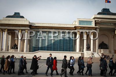 2017  оны аравдугаар сарын 05. Монголын багш нарын онц хурлаа хийсэн багш нар Сүхбаатарын талбайд нэг цаг орчим чимээгүй зогсож эсэргүүцлээ илэрхийллаа. ГЭРЭЛ ЗУРГИЙГ Б.БЯМБА-ОЧИР/MPA