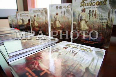 """2017 оны аравдугаар сарын 06. """"Монголын нууц товчоо түгээмэл эх"""" номын Япон хэл дээрх хувийн нээлт боллоо. ГЭРЭЛ ЗУРГИЙГ Г.ӨНӨБОЛД /MPA"""