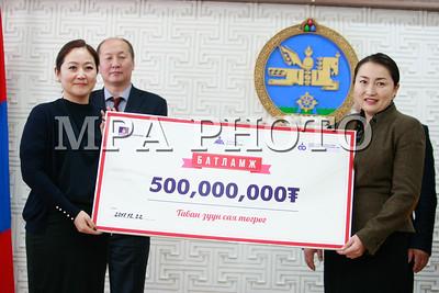 2017 оны арванхоёрдугаар сарын 22.НӨАТ-ын 500 сая төгрөгийн супер азтаны шагналыг гардууллаа  .ГЭРЭЛ ЗУРГИЙГ Г.ӨНӨБОЛД /МРА