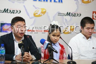 """2017 оны арванхоёрдугаар сарын 25. Монголд анх удаа төсөөллийн шатрын хичээл буюу хараагүй хүүхдүүд шатар тоглож сурч байгаа талаар """"Оюуны матриц"""" академиас мэдээлэл хийлээ.      ГЭРЭЛ ЗУРГИЙГ Б.БЯМБА-ОЧИР/MPA"""