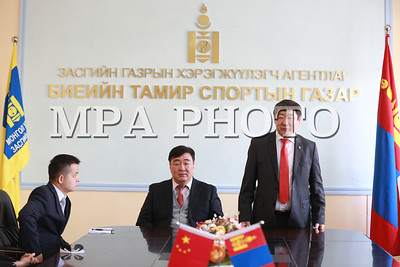 """2017 оны гуравдугаар сарын 24.   БНХАУ-ын """"Grand china sports industry"""" компаниас манай улсын Сагсанбөмбөг, Ширээний теннисний холбоондтухайн спортын хэрэглэл, материалыг буцалтгүй тусламж болгон гардуулах ёслол Спортын Төв Ордонд болов.  Энэхүү тусламжийн бүтээгдэхүүнүүдийг гардуулах ёслолын үйл ажиллагаа нь Монгол, Хятад хоёр улсын спортын хөтөлбөрийн хамтын ажиллагааны хүрээнд, """"Grand China sports Industry"""" компани Монгол Улсын биеийн тамирын салбарын хамтын ажиллагааны түншийн хувьд анх удаа теннисний ширээ, ракет, сагсан бөмбөг, сагсанбөмбөгийн шит болон бэлтгэлийн хувцас зэрэг мэргэжлийн спортын хэрэгсэлийг байна.  БСШУС-ын сайд Ж.Батсуурь, БНХАУ-аас Монгол Улсад суугаа Онц бөгөөд Бүрэн эрхт Элчин сайд Шин Хаймин, Grand China Sports Industry компаний ТУЗ-ийн дарга Хөү Давэй, БТСГ-ын дарга Ц.Шаравжамц зэрэг албаны хүмүүс ёслолд оролцлоо.  Ёслолын үйл ажиллагааны үеэр, Сайд Ж.Батсуурь """"Grand China Sports Industry"""" компанид чин сэтгэлийн талархал дэвшүүлээд, дараагийн олимпийн наадамд Монголын баг тамирчдыг бэлтгэх ажилд эдгээр тоног төхөөрөмжийн хөрөнгө оруулалт тамирчдын бэлтгэлийг чанартай хангахад чухал хувь нэмэр оруулж байгааг онцолж байв.   ГЭРЭЛ ЗУРГИЙГ Б.БЯМБА-ОЧИР/MPA"""