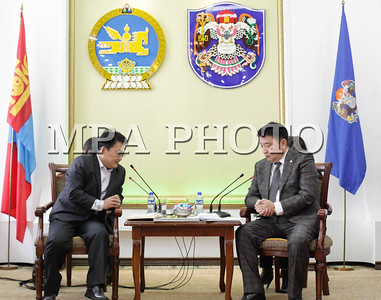 """Нийслэлийн Засаг дарга бөгөөд Улаанбаатар хотын Захирагч С.Батболд БНХАУ-ын """"Чиндо Констракшн"""" группийн ерөнхийлөгч Ли Жан Сун тэргүүтэй төлөөлөгчдийг өнөөдөр хүлээн авч уулзлаа.  Уулзалтад НИТХ-ын төлөөлөгч бөгөөд """"Монгол наадам цогцолбор"""" ОНӨТҮГ-ын дарга Н.Батсүмбэрэл,  """"Чиндо Констракшн"""" группийн  дэд ерөнхийлөгч Ван Шоу Юу болон бусад албаныхан оролцов.  Тэд тус компанийн Улаанбаатар хотод хэрэгжүүлж байгаа төсөл хөтөлбөрийн талаар мэдээлэл солилцож, олон улсын жишигт нийцсэн шинэ Цэнгэлдэх хүрээлэн барих ажилд хамтарч ажиллах боломжийн талаар санал солилцлоо.  1.3 сая хүн амтай Улаанбаатар хотод олон улсын чанартай спортын тэмцээн, уралдаан зохион байгуулах зайлшгүй шаардлагатай байгааг Хотын дарга уулзалтын эхэнд онцлов. Тэрбээр, """"Улаанбаатар хотод 2020 онд Азийн хүүхдийн спортын их наадам, 2023 онд Азийн залуучуудын спортын их наадам болно. Үүнээс өмнө 35 мянган суудалтай цэнгэлдэх хүрээлэн барих асуудлыг шийдвэрлэх шаардалагтай байгаа юм"""" хэмээв. Барилгын салбарт  хөрөнгө оруулалт, бүтээн байгуулалт хийх зорилго бүхий """"Чиндо Констракшн"""" нь 1952 онд байгуулагдсан бөгөөд тус группын барьсан хамгийн алдартай барилга нь 2008 оны Бээжингийн олимпийн """"Шувууны үүр"""" цэнгэлдэх хүрээлэн юм. Эдүгээ БНХАУ-ын 30 хот, олон улсад 30 охин компанитайгаар үйл ажиллагаа явуулж байгаа бөгөөд Монгол Улсын хөгжил дэвшилд өөрсдийн хувь нэмрээ оруулах хүсэлтэй байгаа гэдгээ ноён Ли Жан Сун илэрхийллээ. Тэрбээр, """"Бид ажлын хэсэг байгуулан Улаанбаатар хотод Цэнгэлдэх хүрээлэн барих асуудлыг нарийн судална. Үүний дараа дахин албан уулзалт хийж, энэ асуудлыг эцэслэн шийдвэрлэх болно"""" гэв.  """"Чиндо Констракшн"""" групп нь 1952 байгуулагдсан, барилга, үл хөдлөх хөрөнгө, хөрөнгө оруулалт, ложистик, зураг төслийн зөвлөх зэрэг чиглэлээр үйл ажиллагаа явуулдаг БНХАУ-ын ТОП 500 аж ахуйн нэгжийн нэг юм гэж нийслэлийн ЗДТГ-ын Хэвлэл мэдээлэл, олон нийттэй харилцах хэлтсээс мэдээллээ."""