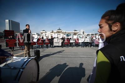 2017 оны аравдугаар сарын 26. Хүүхдийн хүчирхийлэлийн эсрэг цуглаан хийлээ.  ГЭРЭЛ ЗУРГИЙГ Б.БЯМБА-ОЧИР/MPA