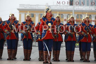 """2017 оны арванхоёрдугаар сарын 29. Монголын ард түмэн эрх чөлөө, тусгаар тогтнолоо сэргээн мандуулсны 106 жилийн ойг тохиолдуулан Их эзэн Чингис хааны хөшөөнд Монгол Улсын Ерөнхийлөгч Х.Баттулга, Монгол Улсын Их Хурлын дарга М.Энхболд, Ерөнхий сайд У.Хүрэлсүх болон УИХ, Засгийн газрын гишүүд хүндэтгэл үзүүллээ.          Тэртээ 1911 оны 12 дугаар сарын 29-ний өдөр төрийн их ёслолыг гүйцэтгэн, наймдугаар Богд Жавзандамба хутагтыг Монгол Улсын хаанд өргөмжилж, таван яамнаас бүрдсэн Монгол Улсын Засгийн газрыг байгуулж байжээ.          XX зууны эхэн үед Монголын ард түмэн эрх чөлөө, тусгаар тогтнолынхоо төлөө тэмцэж, улс төр эдийн засгийн хувьд бие даан орших туурга тусгаар улсаа дахин сэргээн мандуулсан юм. Цаг түүхийн товчоонд """"Монголын цагаагчин гахай жилийн хувьсгал"""" хэмээн нэршин үлдсэн энэ хувьсгалын ач буянаар хоёр зуу гаруй жилийн турш харийн эрхшээлд байсан Монгол улс тусгаар тогтносон билээ хэмээн УИХ-ын Хэвлэл мэдээлэл, олон нийттэй харилцах хэлтсээс мэдээлэв.  ГЭРЭЛ ЗУРГИЙГ Б.БЯМБА-ОЧИР/MPA"""