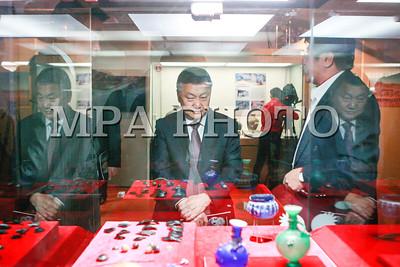 """2017 оны арваннэгдүгээр сарын 10. Улаанбаатарын их сургуулийн Археологийн музейн хосгүй үнэт олдворуудын дээжсээс дэлгэн үзүүлсэн """"Өвөг монголчуудын хосгүй үнэт өв"""" үзэсгэлэнгийн нээлт өнөөдөр Үндэсний түүхийн музейд болов.   Тус үзэсгэлэнгийн нээлтийн ёслолд Монгол Улсын Ерөнхийлөгчийн Тамгын газрын дарга З.Энхболд оролцож үг хэллээ.   Тэрээр хэлсэн үгэндээ """"Улаанбаатарын Их Сургууль байгуулагдсаны 25 жилийн ойн хүрээнд ЮНЕСКО-гийн шийдвэрээр тэмдэглэдэг Дэлхийн шинжлэх ухааны өдрийг тохиолдуулан, Археологийн музейгээ олон түмэнд дэлгэн үзүүлж, сургалт-судалгааныхаа ажлын үр дүнг тайлагнаж байгаад баяртай байна.   Даяаршлын энэ цаг үед үндэсний өв соёлоо тодруулан батжуулах, өвлөн уламжлах, танин мэдүүлэх үүднээс түүх, археологийн судалгааг лавшруулж, өндөрт гаргах, судалгааны үр дүнг дэлгэх, нийтийн хүртээл болгон сурталчлан дэлгэрүүлэх нь үндэсний оршин тогтнохуйн дотоод аюулгүй байдалд баттай тулгуур болох нь дамжиггүй.   Археологийн тэнхимийн сургалт-эрдэм шинжилгээний ажлын үр дүнд илэрч олдсон өвөг монголчуудын хосгүй үнэт эдлэлүүд нь бид өвөг дээдсийнхээ оюуны сэтгэлгээний хязгааргүй чадамжаар бахархах баримт, тухайн цаг үеийнхээ Евразийн эдийн засаг, нийгмийн хөгжил цэцэглэлттэй энэ тэнцүү явж ирсний гэрч болж байна.   Та бүхэнд ололт амжилтаа улам бататган, судалгаа шинжилгээний ажлаа улам гүнзгийрүүлэн өргөжүүлж, тус сургууль нь дэлхийн нэртэй их сургуулийн зиндаанд хүрэхийг хүсэн ерөөе.   Монгол хүний эрдэм ухаан дэлгэрэх болтугай"""" гэлээ.   Улаанбаатарын их сургуулийн Археологийн музейг 2012 оны намар нээсэн бөгөөд Археологийн тэнхмийн судлаач, профессор багш нарын нийт 15 жилийн турш хэрэгжүүлсэн суурь судалгааны ажлын үр дүнд илэрсэн түүх, соёл, археологийн дурсгалуудаар сан хөмрөгөө байнга баяжуулсаар иржээ.   """"Өвөг монголчуудын хосгүй үнэт өв"""" үзэсгэлэнд 6000-3000 жилийн өмнөх шинэ чулуун зэвсгийн түүхэнд холбогдох чулуун зуулга иртэй ясан хутга, хүрэл зэвсгийн үеийн дурсгал болох """"Чемурчекийн соёл""""-ын чулуун аягууд, """"Мөнххайрханы соёл""""-ын хүрэл хутг"""
