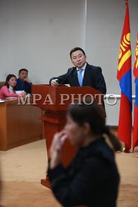 """2017 оны арваннэгдүгээр сарын 30. Монгол Улсын Ерөнхийлөгч Х.Баттулгын санаачилгаар Хөгжлийн бэрхшээлтэй иргэдийн эрхийг хамгаалах дэлхийн өдрийг тохиолдуулан """"Хөгжлийн бэрхшээлтэй хүний эрхийн тухай хуулийн хэрэгжилт, тулгамдаж буй асуудал"""" сэдвээр Ерөнхийлөгчийн дэргэдэх Иргэний танхимд өнөөдөр хэлэлцүүлэг болов.  Хэлэлцүүлэгт Монгол Улсын Ерөнхийлөгч Х.Баттулга оролцон үг хэлж, байр сууриа илэрхийлсэн юм.  Хэлэлцүүлгийг нээж Монгол Улсын Ерөнхийлөгчийн Хүний хөгжил, нийгмийн бодлогын зөвлөх Д.Үүрийнтуяа хэлэхдээ """"Энэ удаагийн Хөгжлийн бэрхшээлтэй иргэдийн эрхийг хамгаалах дэлхийн өдрийг """"Бүх нийтэд зориулсан тогтвортой, уян хатан нийгмийг бий болгохын төлөө өөрчлөлт хийе"""" гэсэн уриан дор зохион байгуулж байна.  Монгол Улсын Засгийн газар НҮБ-ын Хөгжлийн бэрхшээлтэй хүний эрхийн тухай конвенцид нийцүүлэн Хөгжлийн бэрхшээлтэй хүний эрхийн тухай хуулийн төслийг боловсруулж 2016 оны 2 дугаар сарын 5-ны өдөр УИХ-ын чуулганаар батлуулсан. Монгол Улсын Ерөнхийлөгч санаачлан Хөгжлийн бэрхшээлтэй иргэдийн эрхийг хамгаалах дэлхийн өдрийг тохиолдуулан """"Хөгжлийн бэрхшээлтэй хүний эрхийн тухай хуулийн хэрэгжилт, тулгамдаж буй асуудал"""" сэдвээр нээлттэй хэлэлцүүлэг хийж, цаашид тулгамдаж буй асуудлыг шийдвэрлэх, хуулийн хэрэгжилтигй хангаж ажиллахад холбогдох салбарын яамд болон төрийн байгуулагуудад тодорхой асуудлын хүрээнд чиглэл өгөх зорилго тавин ажиллаж байна.  Өнөөдрийн хэлэлцүүлэгт мэдээлэл хийхээр ХНХЯ, БСШУСЯ, ЭМЯ, БХБЯ, ЗТХЯ, Хөгжлийн бэрхшээлтэй иргэдийн эрх ашгийг хамгаалах ТББ-уудын нийт 80 гаруй төлөөлөгч оролцож байна"""" гэлээ.   ГЭРЭЛ ЗУРГИЙГ Б.БЯМБА-ОЧИР/MPA"""
