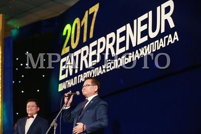 """2017 оны арванхоёрдугаар сарын 22.  Оны """"Онцлох аж ахуйн нэгж"""", салбарын бизнес эрхлэгчдийг шалгаруулан өргөмжилдөг """"ENTREPRENEUR"""" шагнал гардуулах ёслол боллоо.  ГЭРЭЛ ЗУРГИЙГ Б.БЯМБА-ОЧИР/MPA"""